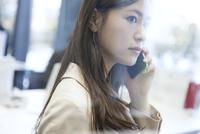 スマートフォンで通話するビジネス女性 33000004949| 写真素材・ストックフォト・画像・イラスト素材|アマナイメージズ