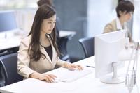 パソコンを見るビジネス女性 33000004951| 写真素材・ストックフォト・画像・イラスト素材|アマナイメージズ