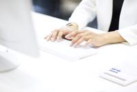 パソコンを操作するビジネス女性の手元 33000004955| 写真素材・ストックフォト・画像・イラスト素材|アマナイメージズ