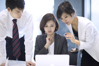 ノートパソコンを見る3人のビジネス男女 33000004957| 写真素材・ストックフォト・画像・イラスト素材|アマナイメージズ