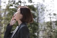 スマートフォンで通話するビジネス女性 33000004961| 写真素材・ストックフォト・画像・イラスト素材|アマナイメージズ