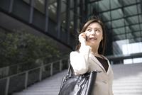 スマートフォンで通話するビジネス女性 33000004965| 写真素材・ストックフォト・画像・イラスト素材|アマナイメージズ