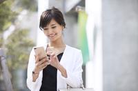 スマートフォンを操作するビジネス女性 33000004968| 写真素材・ストックフォト・画像・イラスト素材|アマナイメージズ