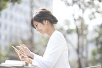 スマートフォンを操作するビジネス女性 33000004971| 写真素材・ストックフォト・画像・イラスト素材|アマナイメージズ