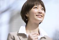 横を向くビジネス女性 33000004972| 写真素材・ストックフォト・画像・イラスト素材|アマナイメージズ