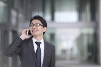 スマートフォンで通話するビジネス男性 33000004979| 写真素材・ストックフォト・画像・イラスト素材|アマナイメージズ