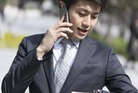 スマートフォンで通話するビジネス男性 33000004984| 写真素材・ストックフォト・画像・イラスト素材|アマナイメージズ