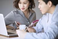 ノートパソコンを見るビジネス男女 33000004988| 写真素材・ストックフォト・画像・イラスト素材|アマナイメージズ