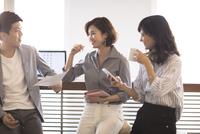 打ち合わせをする3人のビジネス男女 33000004991| 写真素材・ストックフォト・画像・イラスト素材|アマナイメージズ
