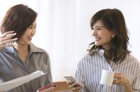 打ち合わせをする2人のビジネス女性 33000004992| 写真素材・ストックフォト・画像・イラスト素材|アマナイメージズ