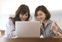 ノートパソコンを見る2人のビジネス女性 33000004994| 写真素材・ストックフォト・画像・イラスト素材|アマナイメージズ
