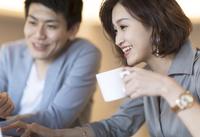 ノートパソコンを見る2人のビジネス男女 33000004995| 写真素材・ストックフォト・画像・イラスト素材|アマナイメージズ