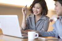 ノートパソコンを見る2人のビジネス男女 33000004996| 写真素材・ストックフォト・画像・イラスト素材|アマナイメージズ