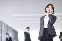 スマートフォンで通話するビジネス女性 33000004997| 写真素材・ストックフォト・画像・イラスト素材|アマナイメージズ