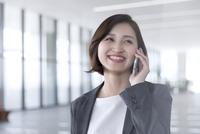 スマートフォンで通話するビジネス女性 33000005004| 写真素材・ストックフォト・画像・イラスト素材|アマナイメージズ