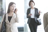 スマートフォンで通話するビジネス女性 33000005006| 写真素材・ストックフォト・画像・イラスト素材|アマナイメージズ