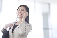 スマートフォンで通話するビジネス女性 33000005008| 写真素材・ストックフォト・画像・イラスト素材|アマナイメージズ