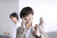 スマートフォンで通話するビジネス女性 33000005010| 写真素材・ストックフォト・画像・イラスト素材|アマナイメージズ
