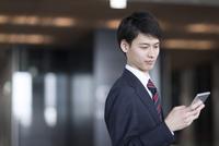 スマートフォンを操作するビジネス男性 33000005014| 写真素材・ストックフォト・画像・イラスト素材|アマナイメージズ