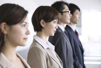 横並びで立つ4人のビジネス男女 33000005017| 写真素材・ストックフォト・画像・イラスト素材|アマナイメージズ