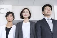 横並びで立つ3人のビジネス男女 33000005024| 写真素材・ストックフォト・画像・イラスト素材|アマナイメージズ