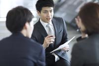 打ち合わせをするビジネス男性 33000005030| 写真素材・ストックフォト・画像・イラスト素材|アマナイメージズ