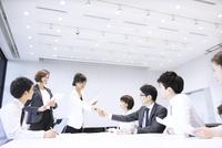 会議で握手をするビジネス男女 33000005040| 写真素材・ストックフォト・画像・イラスト素材|アマナイメージズ