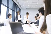 会議で握手をするビジネス男女 33000005041  写真素材・ストックフォト・画像・イラスト素材 アマナイメージズ