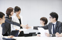 会議で握手をするビジネス男女 33000005043  写真素材・ストックフォト・画像・イラスト素材 アマナイメージズ
