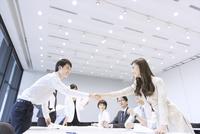 会議で握手をするビジネス男女 33000005044  写真素材・ストックフォト・画像・イラスト素材 アマナイメージズ