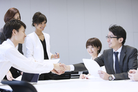 会議で握手をする2人のビジネス男性 33000005045| 写真素材・ストックフォト・画像・イラスト素材|アマナイメージズ