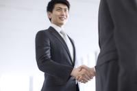 握手をするビジネス男性 33000005048  写真素材・ストックフォト・画像・イラスト素材 アマナイメージズ