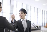 握手をするビジネス男性 33000005049  写真素材・ストックフォト・画像・イラスト素材 アマナイメージズ