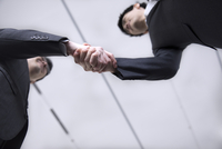 握手をする2人のビジネス男性 33000005050  写真素材・ストックフォト・画像・イラスト素材 アマナイメージズ