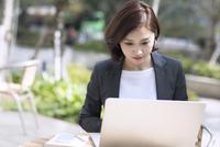 ノートパソコンを操作するビジネス女性 33000005053| 写真素材・ストックフォト・画像・イラスト素材|アマナイメージズ
