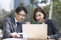 ノートパソコンを見る2人のビジネス男女 33000005054| 写真素材・ストックフォト・画像・イラスト素材|アマナイメージズ
