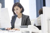 パソコンを操作するビジネス女性 33000005058| 写真素材・ストックフォト・画像・イラスト素材|アマナイメージズ
