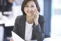 スマートフォンで通話するビジネス女性 33000005061| 写真素材・ストックフォト・画像・イラスト素材|アマナイメージズ