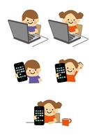 男の子と女の子 パソコンとスマートフォン