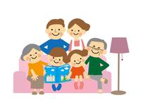 ソファーにすわる三世代家族 60002000062| 写真素材・ストックフォト・画像・イラスト素材|アマナイメージズ