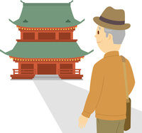 神社仏閣巡りを楽しむシニア男性