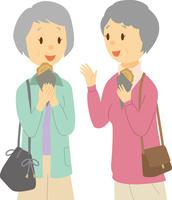 食べ歩きを楽しむシニア女性二人