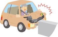 運転操作を誤り車をぶつける高齢ドライバー 60008000411| 写真素材・ストックフォト・画像・イラスト素材|アマナイメージズ