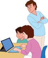 2in1 PCを見ながら話す家族三人 60008000704| 写真素材・ストックフォト・画像・イラスト素材|アマナイメージズ