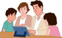 タブレットを見ながら話す家族四人 60008000707| 写真素材・ストックフォト・画像・イラスト素材|アマナイメージズ