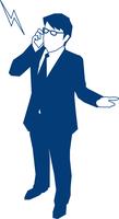 携帯で電話をするビジネスマン 60009000180| 写真素材・ストックフォト・画像・イラスト素材|アマナイメージズ