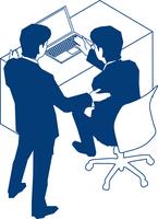モニタを見て議論する二人のビジネスマン