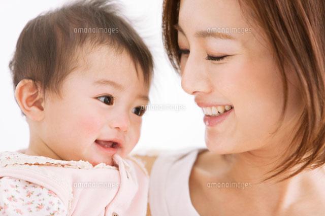 笑顔の母親と赤ちゃん[078000152...