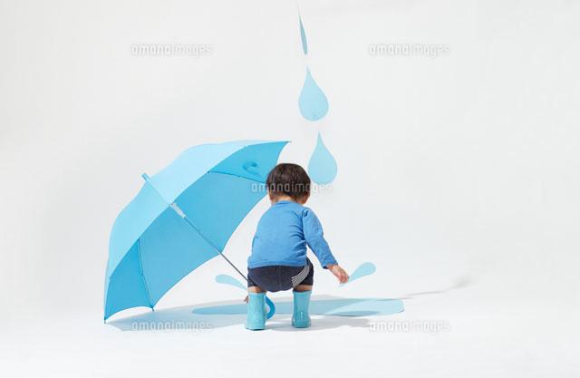 水たまりに興味をしめす子どもと...
