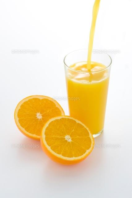オレンジジュースを注ぐ[10137003659]の写真素材・イラスト素材 ...